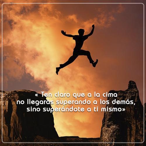 #FrasedelDía « Ten claro que a la cima no llegarás superando a los demás, sino superándote a ti mismo »